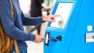 pessoa na máquna comprando passagem de ônibus e metro