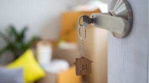 chave na maçaneta da porta aberta da casa, propriedade, residência